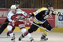 Snímek z posledního  kola (44.) základní části první hokejové ligy. Domácí SK Kadaň s týmem Berounští Medvědi. Z vítězství se nakonec radovali hosté 1:3.