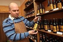 Na sto padesát druhů piv je možné ochutnat v nové chomutovské pivotéce. Nabídka českých, ale i zahraničních moků se bude do budoucna ještě rozšiřovat. O každém druhu piva vám popovídá majitel pivotéky Ondřej Krym (na snímku).
