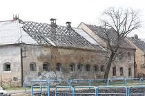 Trnem v očích je pro obyvatele Pesvic také bývalý statek. Ze střechy padají ostré kusy plechu