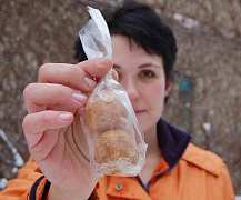 Mluvčí zooparku Martina Pelcová ukazuje balíček s cereálními kuličkami, který prodávají podvodníci.