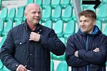Jiří Černý (vlevo) vedl jako hlavní trenér poprvé FC Chomutov. Vpravo asistent Ladislav Doksanský, dalším asistentem je Pavel Vrátil.