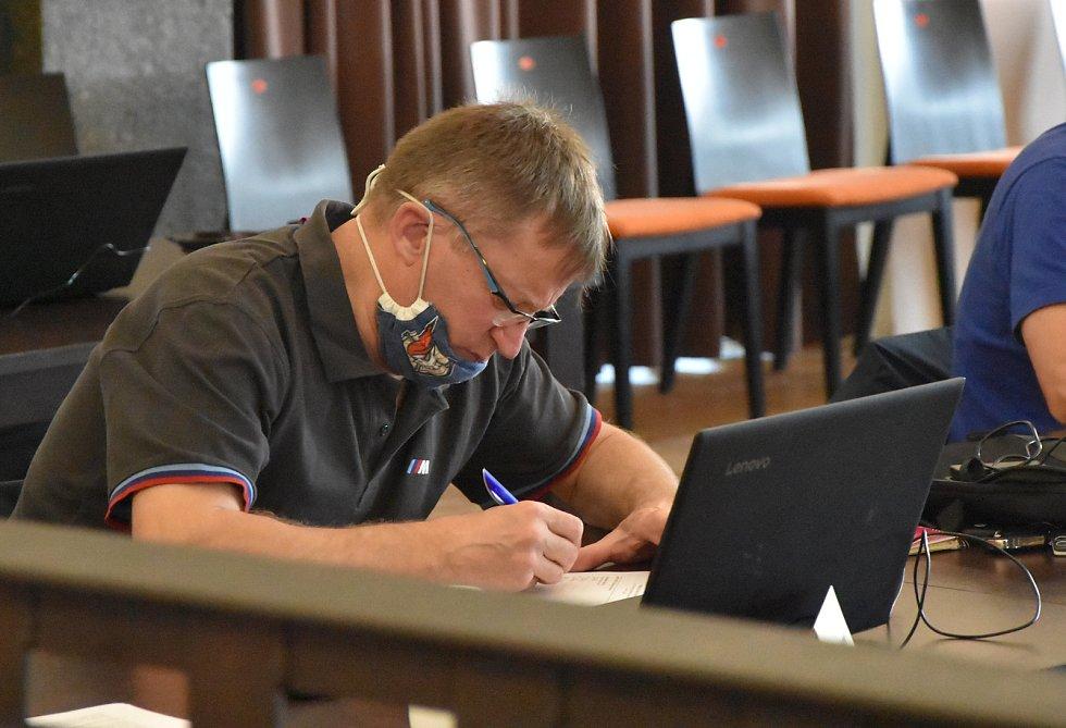 Zastupitel Josef Šebek (Svobodní) předal vedení města petici za zachování školky Srdíčko.