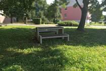 V ulicích města Jirkova jsou nové lavičky.