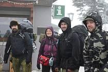 Lidé se zdržují u Lesné. Spí v lesích i karavanech.