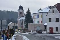 Pohled na školu a kostel sv. Vendelína.