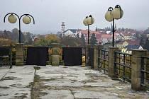 Terasa u domu čp 207 v Klášterci s výhledem na historickou část města se kompletně promění.