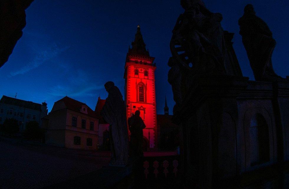 Městská věž v Chomutově se v neděli 21. května večer rozzářila rudě. Připojila se k celosvětové kampani Světlo pro AIDS