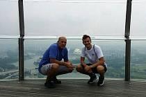 Tomáš Franta a trenér Jaroslav Jezbera v Singapuru.