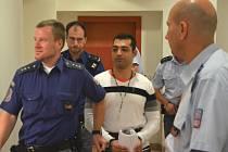Jan Berki čelí u Okresního soudu v Chomutově obžalobě ze znásilnění a vydírání. Na snímku obžalovaného přivádí eskorta do soudní síně.