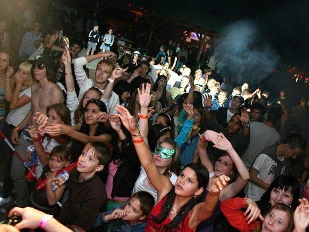 MLADÍ JSOU PRO. Do letního areálu chodí především teenageři, kteří se postavili za areál i při protestech proti hluku. Starší Chomutováci spíš chodí na koncerty, velkou diváckou návštěvu zaznamenal například Olympic.