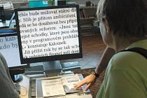 ČTEČKA. V jirkovské knihovně už zařízení pro slabozraké mají. Na snímku čtečka, která několikanásobně zvětší písmo třeba z novin.