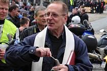 Kadaňský farář Josef Čermák žehná motorkám na kadaňském náměstí. I letos se jich tam sjelo několik stovek.