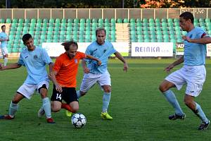 Na snímku je zachycen při obranné činnosti střelec prvního gólu Chomutova Vojtěch Kubík ( v modrém).