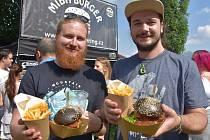 Tmavý miba burger s hovězím, čedarem a zkaramelizovanou cibulkou ochutnali Jan Rousek a Jan Vodička z Chomutova.