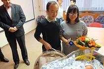 Malá Soňa s maminkou Mai Phuong Hoang a tatínkem Thai Son Nguyen. S gratulací přispěchal i starosta Klášterce Štefan Drozd.