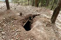"""Takto to v lesích nad Kláštercem vypadá po řádění """"černých"""" hledačů polodrahokamů."""