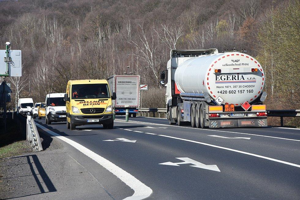 Málkov a jeho místní část Zelenou prochází silnice I/ 13 s proudem aut.