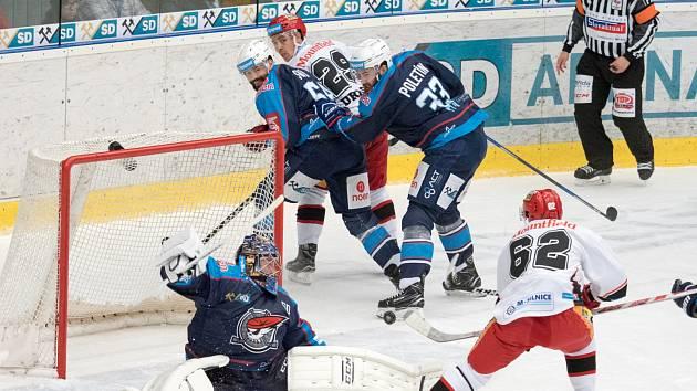 Hradecký Martin Látal, na snímku v bílém, vymíchal ke konci první třetiny Jána Laca, ale překonat ho nedokázal.