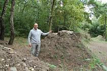 Biker Petr Miltner stojí mezi kopci nepovedené trati na Kamenném vrchu. Na horním malém snímku ukazuje na nedostatečné zpevnění kopců, níže větve na nájezdu a strom uprostřed trati.