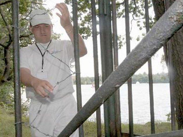 Vylomili tyče v plotu, aby se mohli vykoupat v Kamencově jezeře.