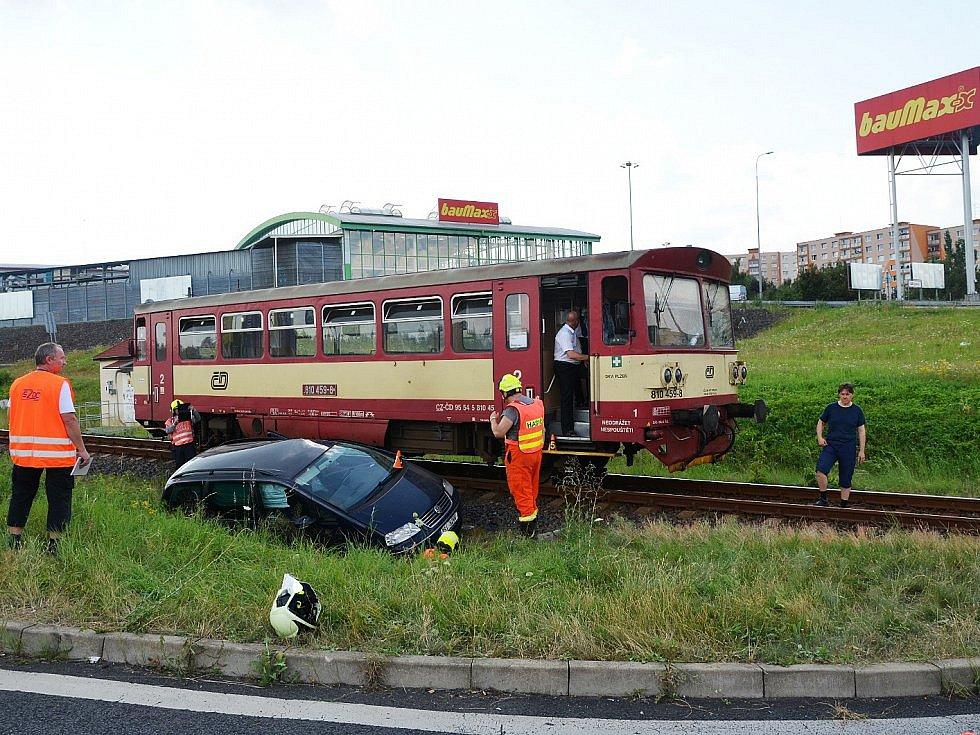 Tři srážky aut s vlakem na přejezdu u otvické nákupní zóny z posledních let. Na snímku ta poslední z minulého týdne