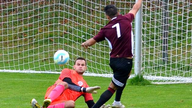 Ervěnický gólman Petr Červenka držel šance svého týmu až do 74. minuty. Na snímku likviduje šanci Jana Čisára.