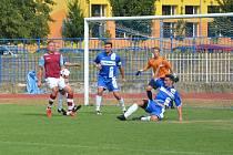 Fotbalisté Kadaně, na snímku v modrých dresech, odvrací útok Krupky.