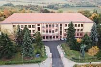 Výuka na Gymnáziu a SOŠ Klášterec nad Ohří proběhne na začátku školního roku v náhradních prostorách.