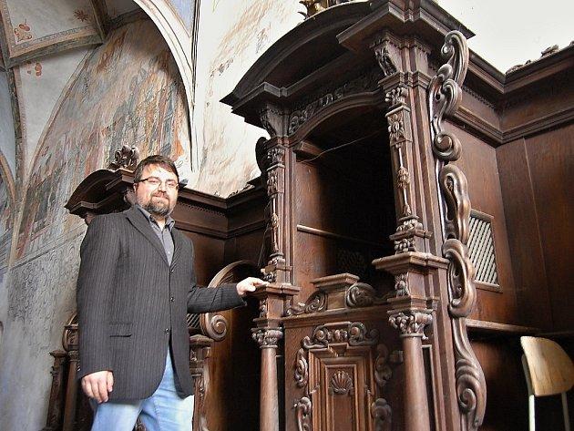 Historik kadaňského městského muzea Lukáš Gavenda u barokních zpovědnic. Náhrobky byly více než tři staletí skryté za jejich stěnou a pod podlahou
