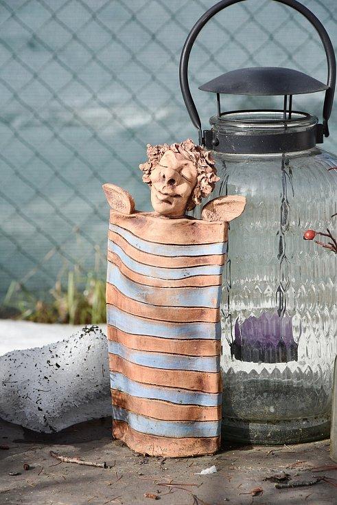 Všechny kouty zahrady zdobí keramické figurky, které vytvořila Pavlína Drexlerová.
