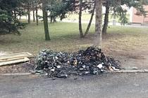 Směsný i tříděný odpad. Žhář, na rozdíl od ekologů, nebyl vybíravý.