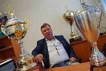 KAREL LIPMANN s poháry, které jeho tým během svého působení v CHLMF získal.