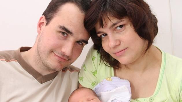 Malý Tobiáš Fojtík z Jirkova s maminkou Gabrielou a tatínkem. Narodil se v kadaňské nemocnici 14. 5. 08 v 8,25 hod. Míra 51 cm, váha 3,44kg.