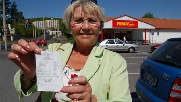 Věra Pauliová ukazuje účtenku jako jeden z důkazů nesprávně naúčtovaného nákupu.
