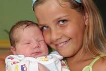 S právě narozeným bráškou Jaroslavem Penkem se v chomutovské nemocnici vyfotografovala sestřička Lenička. Jaroslav se narodil mamince Lence Předotové z Jirkova 7.8. 2009 v 5.58 hodin, měří 52 centimetrů a váží 3,450 kilogramů.