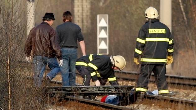 Teprve patnáctiletá dívka zemřela v pátek po šestnácté hodině při přecházení kolejí poblíž chomutovského zooparku.
