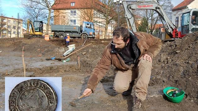 ARCHEOLOG Kryštof Derner při průzkumu pod budoucím Studentským náměstím v Kadani.