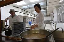 Koncem příštího roku by se děti z jirkovských škol mohly dočkat nového systému stravování. Nově by se už vařilo jen ve 4. ZŠ (na snímku), odkud by se jídlo rozváželo i do ostatních škol.