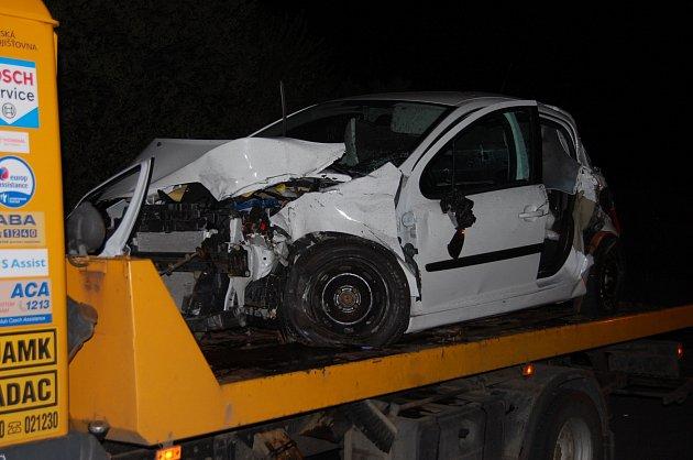 Bílý Peugeot 207, jehož řidička podle policie nehodu zavinila, když nedala přednost při výjezdu zvedlejší silnice.