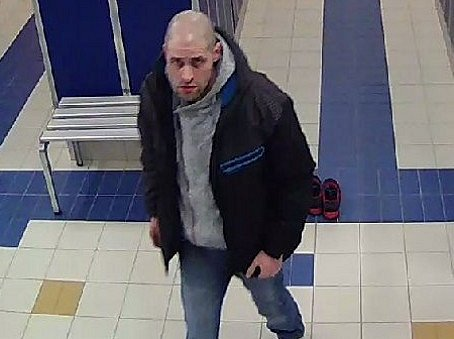 Tohoto muže policie hledá v souvislosti s krádeží v šatně aquaparku.