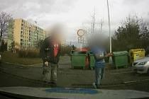Muži, které zachytila kamera v Jirkovské ulici v Chomutově.