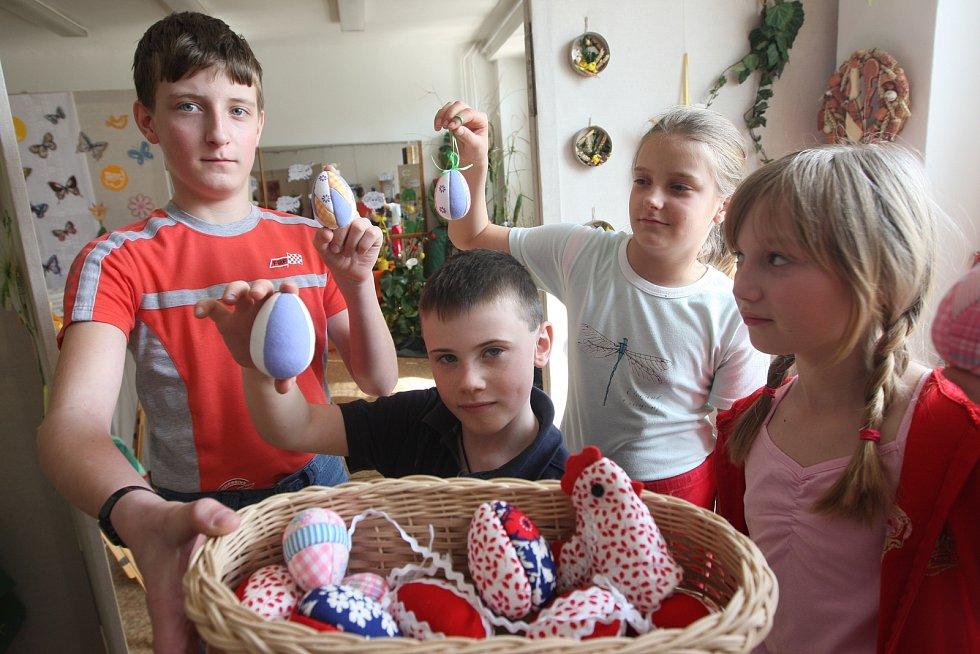 Školáci vchomutovském Domě dětí a mládeže pořádali pěknou velikonoční výstavu, 2009.
