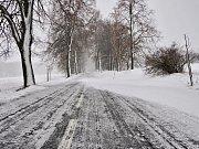 Silné sněžení a vítr zkomplikovaly dopravu při cestě do obce Blatno na Chomutovsko