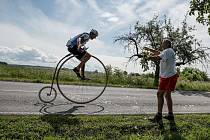 Cyklistický peleton povede Josef Zimovčák na vysokém kole.