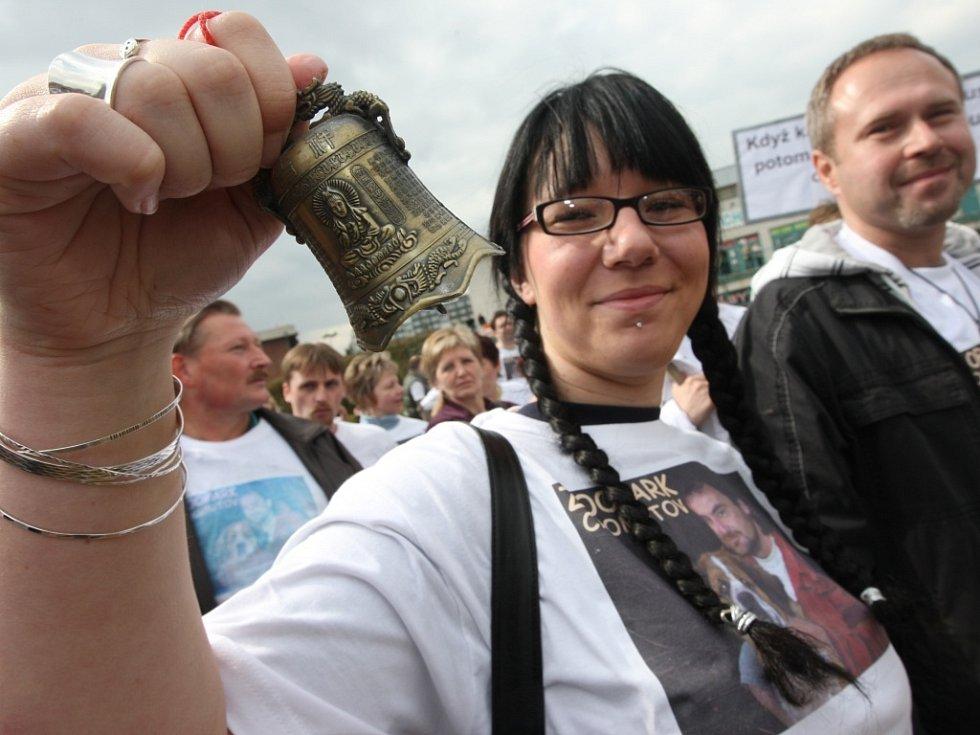 Na tři sta demonstrantů přišlo podpořit na Den s Deníkem v Chomutově odvolaného ředitele zooparku Přemysla Rabase. Symbolicky zazvonili na odchod chomutovským radním.