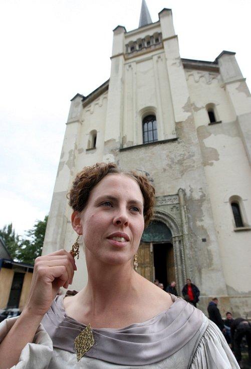 Kráska před filmaři vyhledávaným kostelem sv. Václava ve Výsluní.