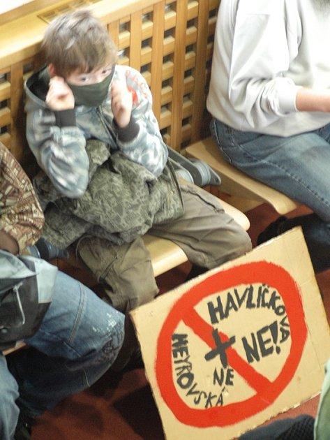 Školáci z Havlíčkovy školy přišli na zasedání s transparenty.