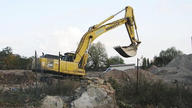 Bagry a nákladní technika už připravují půdu pro parkoviště, které bude podél ulice Mostecká.