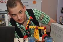 Jan Holub si u výstavního stánku jedné z chomutovských škol (ESOZ) na veletrhu Technodays prohlíží stroj na vodíkový pohon.