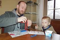 VĚTRNÍK. Karlík Neubauer (3 roky) a jeho hravý otec staví svůj Magický větrník dobré nálady.